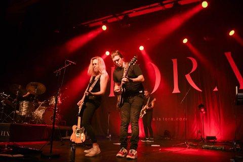 GITARDUELL: Et høydepunkt når Tora Dahle Aagård utfordrer storebror Andreas Dahle Aagård i gitarduell.