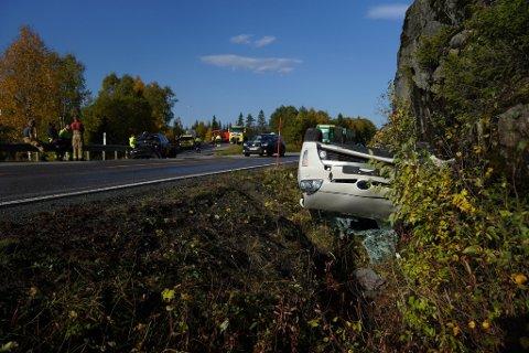 STORE MATERIELLE SKADER: Tre biler var involvert i ei trafikkulykke på Snåsaheia, der to personer ble sendt til Sykehuset Namsos.