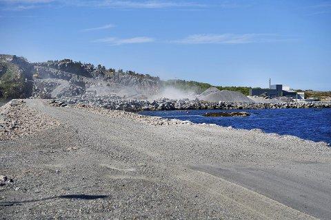STENGT: Vegen til Kråkøya er stengt for all trafikk til og med onsdag i neste uke.