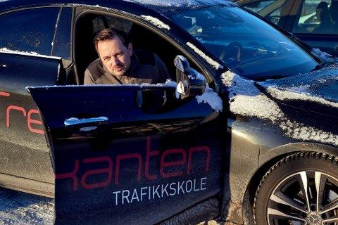 TENK TEORI: Bent Are Hanssen ved Trekanten trafikkskole oppfordrer dem som vil ha førerkort før ferien om å ta teoriprøven i god tid.