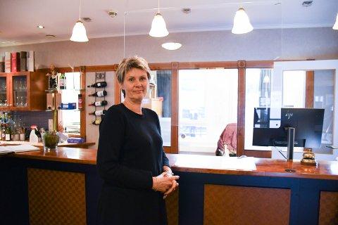 IKKE BERØRT: – Hos oss er det ikke noen forskjell. Vi har lite av den type arrangement, og blir ikke berørt av det, sier Anne Grete Eriksen ved hotellet i Rørvik.