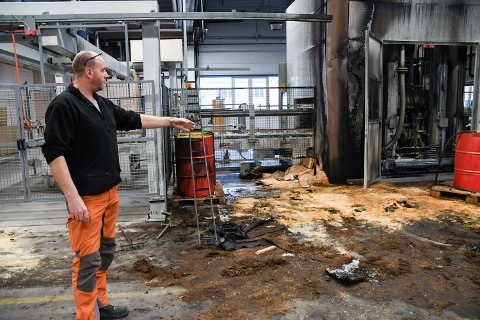 BRANN: Brannen som oppsto i skapet som styrer varmen til dørpressa, har ødelagt for flere hundre tusen kroner. Årsaken er mest sannsynlig en teknisk svikt.