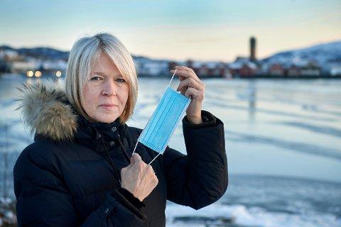 VÆR FORSIKTIG: Det åpnes for at folk kan reise på vinterferie i år, men ordfører Arnhild Holstad oppfordrer folk til å være nøye med å overholde smittevernreglene. – Det er all grunn til å fortsatt holde guarden høyt og følge alle råd, spesielt hvis du skal bevege deg mellom kommuner, sier hun.