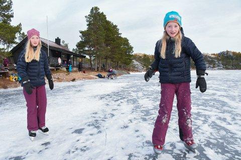 SKØYTEISEN: Jenny og Lisa Skjærvik Storsul (10) benyttet lørdagen til å gå på skøyter sammen med familien sin. –  Det er veldig artig å være her og vi skal ikke hjem før det blir mørkt, sier jentene.