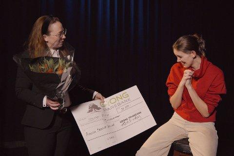 Glad: Amanda Ovesdottir Storaunet (til høyre) ble glad da hun fikk tildelt stipend fra Grong Sparebanks Kårhild Hallager Berg.