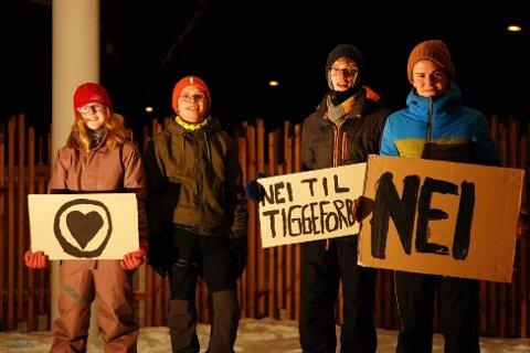 Demonstrerte: Namsos KrFU holdty en demonstrasjon mot tiggerforbudet på Festplassen i Namsos tirsdag. Ungdomspolitikerne ønsker å markere motstand til forslaget om meldeplikt til politiet for tiggere. Fra venstre: Agnes Hitland, Henrik Hitland, Isak Stene, William Fonn
