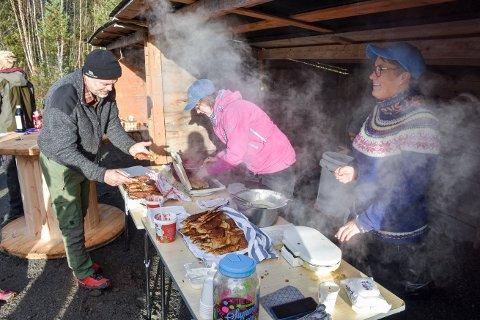 GÅR UNNA SOM VARMT HVETEBRØD: Det har blitt en tradisjon at Aina Fjeldseth (til høyre) og Merete Kammen steker og serverer vaffelkaker når Allskog inviterer til skogdag. Her fra Bangdalen i 2019.