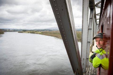 USIKKERT: I likhet med mange andre reiselivsbedrifter går Torger Haugen på laksetoget på Øysletta en usikker sesong i vente. Han forteller at fjoråret besto av mye jobb og ingen inntekt i Namsen Salmon and Train Experience.