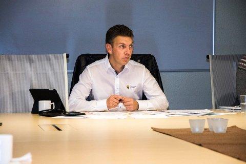 SNUDDE: Ordfører Stian Brekkvassmo (Ap) har måttet tåle mye kritikk for Arbeiderpartiets standpunkt om at nedleggelse av Trones skole var riktig løsning for å spare penger. I kommunestyret snudde Brekkvassmo og Ap, og viderefører skolen med betingelse at elevtallet holdes over 14.