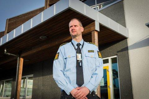 ETTERFORSKER SAKEN: Kai Magne Rosendal forteller at politiet i dag har gjennomført avhør av mannen i 30-årene som berget seg ut av en brennende båt natt til torsdag. Etterforskningsleder Rosendal forteller at politiet ikke mistenker at det har skjedd noe straffbart.