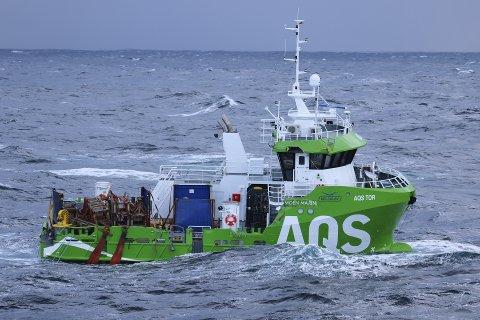 """NYBÅTEN: Her ser vi AQS """"Tor"""", som har seilt sin egen sjø etter at den tirsdag formiddag falt av lasteskipet Eemslift Hendrika.  – Det ser lovende ut, sier Ove Løfsnæs, som nå håper at nybåten deres reddes."""