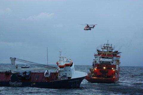 KONTROLL: Lasteskipet «Eemslift Hendrika» slepes nå til Ålesund.