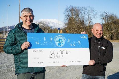 Fornøyde: lagleder Roger Lona fra Harran IL (til venstre) og Oddvar Eldstad i NTE holder fram gavesjekken på 50.000 kroner.