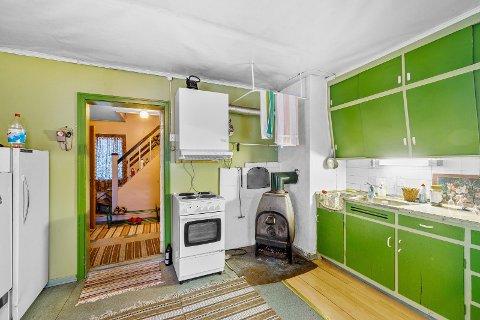 TIDSKOLORITT: Huset i Lierne bærer preg av at det ikke er oppgradert på noen år, og har det man må kunne kalle en særegen stil.
