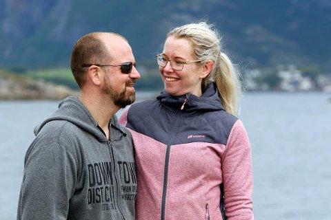 NYE DRIVERE: Kristin og Roy Hjalmar Einvik håper grensene åpner snart slik at gjester fra utlandet igjen kan komme til Flatanger.