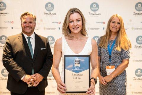 """GULL: Mona Nynes fra Namsos og hennes medarbeidere i HItra gårdsmat fikk gull for sin ost """"Ung Grotteost"""" under NM i Oslo fredag. Her fra da hun vant årets produkt under Trøndersk matfestival."""