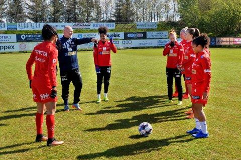 TOPPSERIETRENER: Thomas Sandø Dahle er trener for toppserielaget Avaldsnes. Han er samtidig bestevenn med Håvard Angen Haarstadstrand, som er sentral i Flatanger-fotballen, og Dahle får ukentlig oppdatering om hvordan ståa er for fotballen i heimbygda.