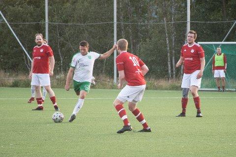 STORSEIER: Ole Kristoffer Fjeseth i aksjon for Flatanger under fredagens kamp mot Spillum i Trøndersk Mesterskap. Flatanger vant til slutt 15-0.