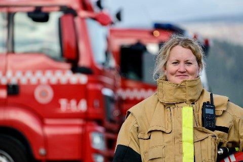 UTRYKNINGSLEDER: Elin Gangstø ble den første kvinnen i Bindal brann- og redningstjeneste da hun startet i 2019. Nå har hun også blitt den første kvinnelige utrykningslederen.