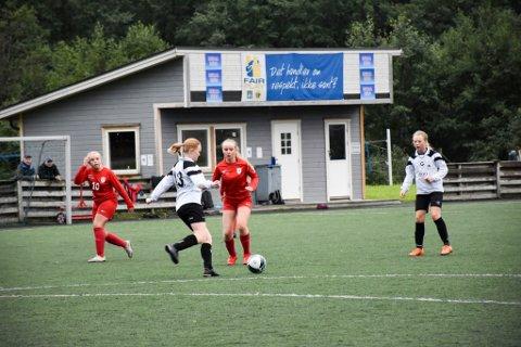 HJEMMESEIER: Grong  vant en meget jevn kamp mot Rørvik. Her er det Maren Rønning som fører ballen, mens RIL-spillerne Margrethe Buvarp (til venstre) og Hedda Hansvik og Grongs Kristiane Hallager følger med.