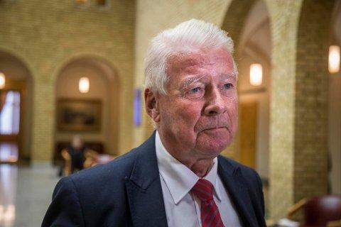 KRITISK: Frps Carl I. Hagen sier Venstre ikke burde vært med i regjeringen. Han mener imidlertid at partiet har fått lite gjennomslag.