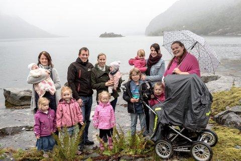 BABYBOOM: Frå venstre: Jeanette Herstad med Madelen (4), Isabell (3) og Linnea (2 md.). Ole-Ivar Åm Sognnes og Ina Margrete Nordahl Sognnes med Ingeborg (2) og Marie (1). Janne Beate Sande (34) med Lisbeth Marie (3) Anja-Elin Rysjedal Johansen Hogrenning med Jakob Noel (7), Lykke Annabella (3) og Vår Angelina (3 md, i barnevogna). Foto: Bent Are Iversen (Firda)