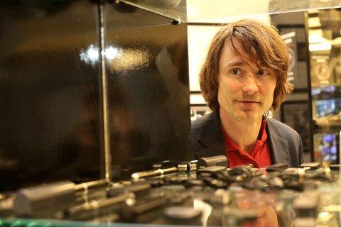 Spionsuksess: Frode Olafsen selger blant annet lydopptakere og kameraer som er skjult i alt fra klokker og penner til nøkler og lysbrytere. Her viser han fram deler av utstillingen i butikken på Storo Storsenter.