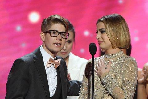 ÅRETS BEST FILM: Regissør og produsent Bree Mills (til venstre) og skuespiller Kristen Scott mottar prisen for Årets beste film – «Teenage Lesbian» – under AVN Awards 2020.