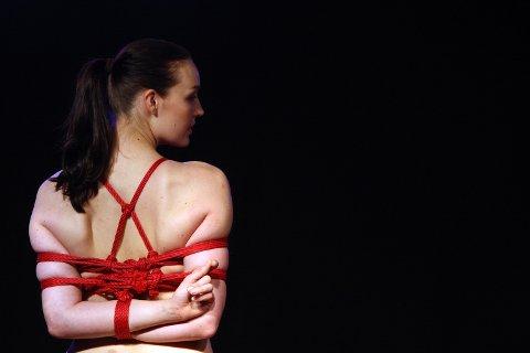 En modell poserer under en BDSM-demonstrasjon på den erotiske messen Venus i Berlin. BDSM-relaterte søk er svært populære blant kvinner, ifølge tallene til nettsiden Pornhub.