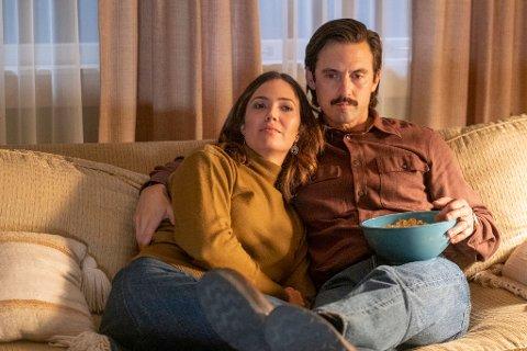 Mandy Moore (t.v.) spiller rollen som Rebecca i «This is Us», mens Milo Ventimiglia spiller Jack.