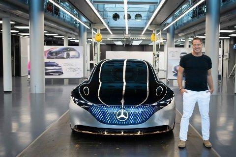 Her står sjefdesigner Gorden Wagener sammen med konseptversjonen av elbilen Mercedes EQS. Inni bilen skjuler det seg en gigantisk skjermenhet kalt «Hyperscreen».