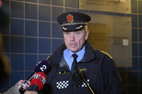 POLITIINSPEKTØR: Øyvind Aas er politiinspektør i Sør-Øst Politidistrikt. Her er han på pressebriefing onsdag kveld kl. 22 utenfor Politihuset i Kongsberg.