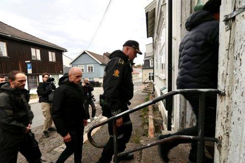 Politiet jobbet på spreng med ransaking av boligen til den drapssiktedes bolig i Kongsberg onsdag formiddag.