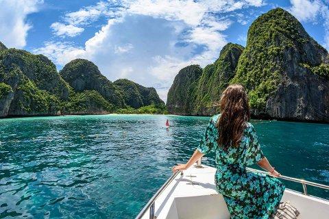 ÅPNER OPP: Snart kan du igjen ta turen til «smilets land». Fra og med 1. november slipper nordmenn igjen inn i Thailand. Her er en turist fotografert i nærheten av Maya Bay i 2019.