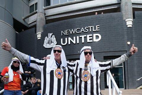 ENDRER MENING: Newcastle fans får likevel lov til å ikle seg tradisjonelle klær i forbindelse med kampene til klubben. Newcastle er nylig kjøpt opp av et investeringsfond som kontrolleres av den saudiarabiske kronprinsen Mohammed bin Salman.