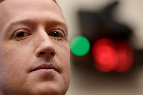 I TRØBBEL: Facebook-sjef Mark Zuckerberg har vært taus mens Facebook har vært nede i flere timer mandag kveld.