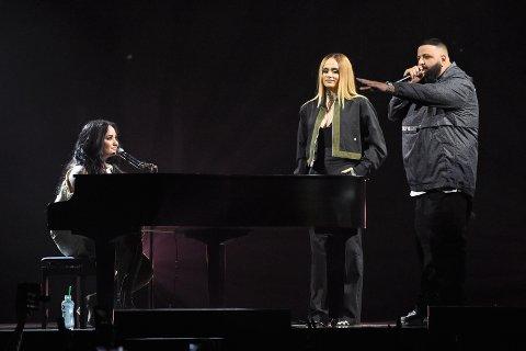 Demi Lovato fikk besøk av DJ Khaled og Kehlani på sin verdensturné i 2018. På bildet hyller dj-en Demi for at hun har vært edru i seks år. Måneden etter åpner artisten en flaske vin og begynner å ruse seg hardere enn noensinne.
