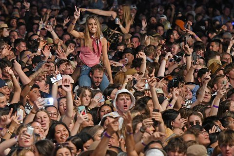 TETTPAKKET: 23. januar i år stod 22.000 publikummere tett i tett da bandet SIX60 kom til Hastings i New Zealand. Konserten var den største siden starten av koronapandemien.