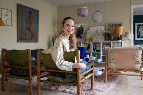 STUESAFARI: I stua har Camilla Harbu Bielecki olivengrønne safaristoler formgitt av svenske Arne Norell på 60-tallet.