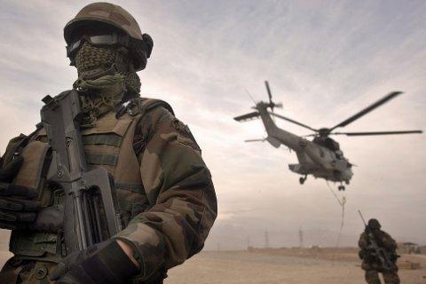Konflikten i Afghanistan har pågått siden 1979. Bildet viser en fransk fallskjermjeger ved en base i Tora i 2008.