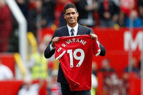 NUMMER 19: Raphael Varane ble presentert med drakt nummer 19 på Old Trafford lørdag.