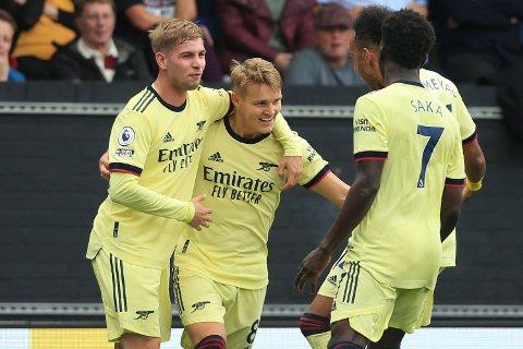 ENDELIG!: Martin Ødegaard jubler med Arsenal-spillerne etter sitt lekre mål.
