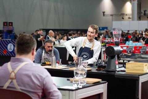 STARTER OPP: Adrian Berg er regjerende NM-mester i kaffe. Nå har han startet bedrift som skal  lære trønderne enda mer om kunsten.