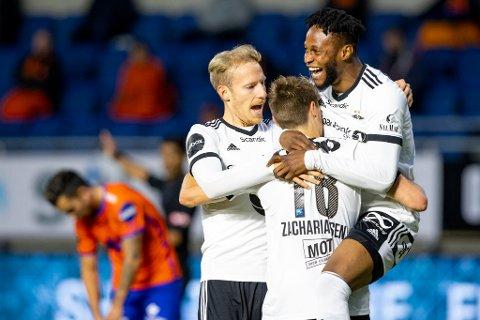 Rosenborgs Gjermund Åsen (tv) gratulerer Kristoffer Zachariassen som feirer mål mot Aalesund i Eliteserien.