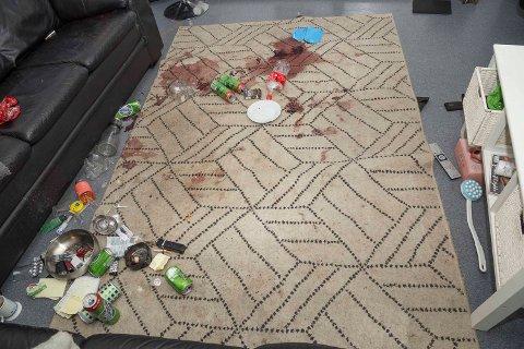 Slik så det ut i leiligheten der Cathrine Sand ble funnet knivstukket. Hun døde senere. Mandag startet rettssaken mot 47-åringen som er tiltalt for å ha drept henne.