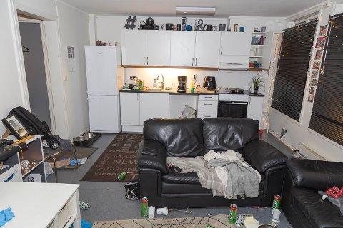 Slik så det ut i leiligheten da politiet ankom stedet.