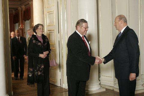 FIKK KONGENS FORTJENESTEMEDALJE: Her gir kong Harald kjøpmann Trond Lykke Kongens fortjenestemedalje. Bildet er tatt i 2005.