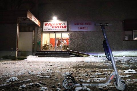E-wheels i Drammen tilbyr kjøp av elsparkesykler uten nødvendige fartssperrer. Det gjøres innenfor lovverket - men som kjøper tar du en risiko.
