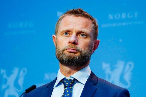 Helseminister Bent Høie sier at tiltakene har effekt og smitten går ned. Nå videreføres smittetiltak.