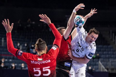 Her får Vesczprems Vuko Borozan unngjelde i duell med Sander Sagosen i Champions League-sluttspillet. (Marius Becker/dpa via AP)